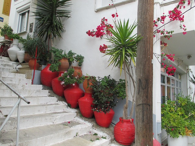květináče na schodech