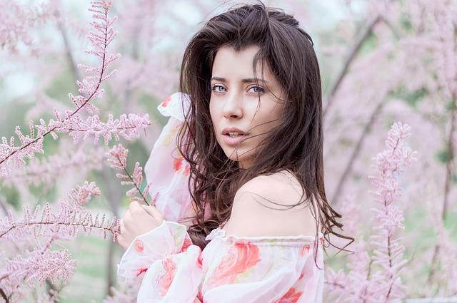 dívka u rozkvetlého stromu