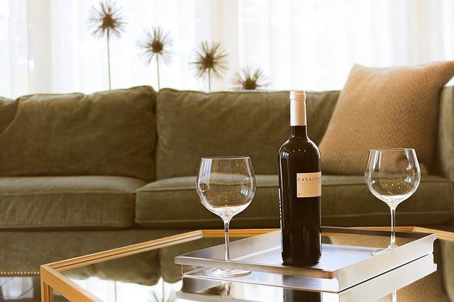 lahev vína a dvě sklenice