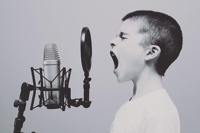mikrofon před chlapecem