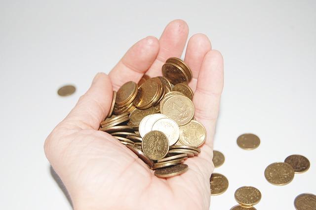 mince v ruce a vedle po stole