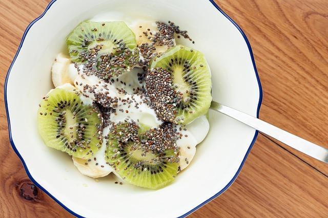 chia s ovocným salátem a jogurtem.jpg