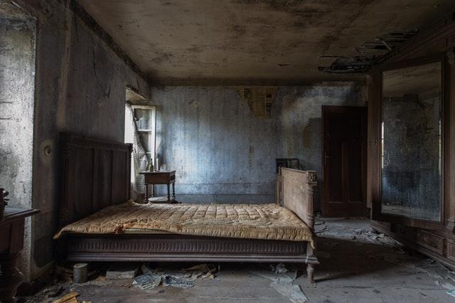 opuštěná ložnice, stará postel