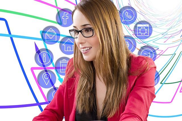 žena v červeném saku s brýlemi se někam dívá a kolem ní létají ikony domu, pošty, internetu, zpráv, facebooku a dalších