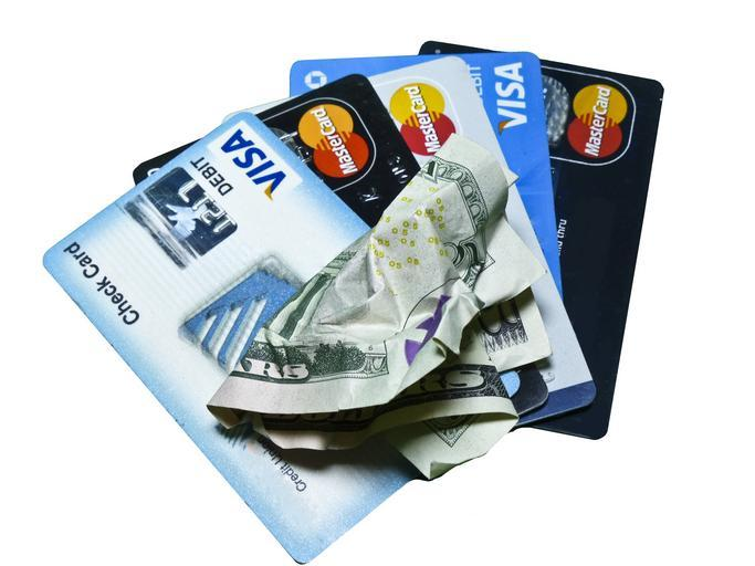 kreditní karty a zmačkané peníze