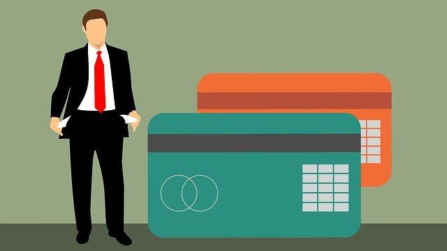 podnikatel s prázdnými kapsami a kreditkami