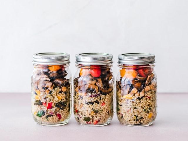 tři sklenice se zdravou stravou
