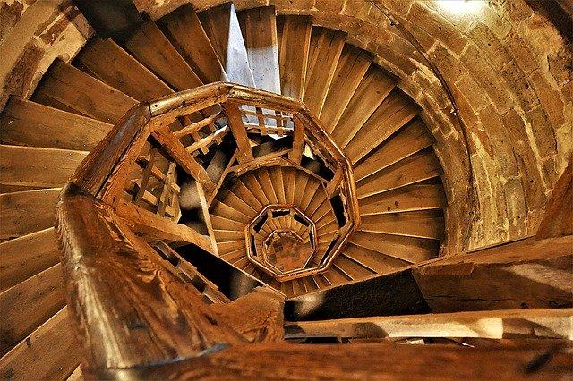 dřevěné točité schodiště