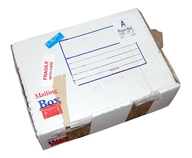 balíček nějakých objednaných zbytečností na bílém pozadí