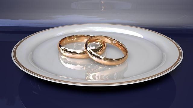 zlaté snubní prsteny, talíř