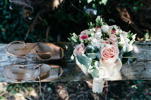 svatební kytice, boty – sandály